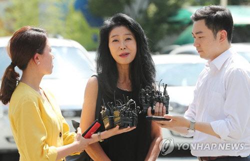 '이재명 스캔들' 김부선, 14일 재출석 일정 변경…변호사 선임못해